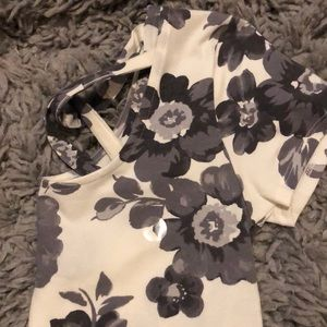 Cropped tight floral shirt, with cross back.